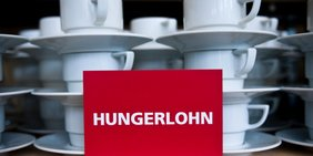 """Tassen mit Schild """"Hungerlohn"""""""