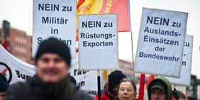 Demonstranten mit Anti-Militär-Plakaten beim Ostermarsch